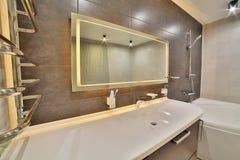 Salle de bains de luxe dans le style fran?ais dans la maison Int?rieur de salle de bains image libre de droits
