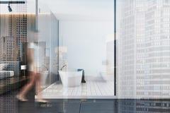 Salle de bains de luxe en bois blanche et foncée modifiée la tonalité Photos stock