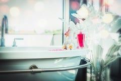 Salle de bains luxueuse avec le bain, la décoration de fleurs et la station thermale tropicale et le traitement et le produit de  Photos stock