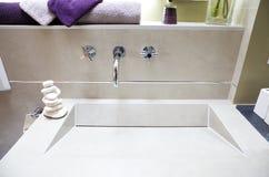 Salle de bains luxueuse moderne Images libres de droits