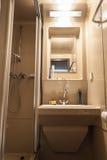 Salle de bains minuscule Images libres de droits