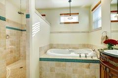 Salle de bains moderne élégante avec un meuble de rangement en bois antique photographie stock libre de droits