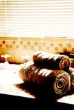 Salle de bains moderne avec des abat-jour Image libre de droits