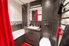 Salle de bains moderne avec l'évier et la carte de travail Photographie stock libre de droits
