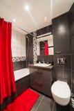 Salle de bains moderne avec l'évier et la carte de travail Images libres de droits