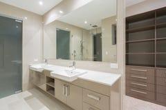 Salle de bains moderne avec la promenade dans la robe longue image stock