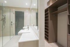 Salle de bains moderne avec la promenade dans la robe longue photo libre de droits
