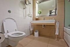 Salle de bains moderne avec le bassin de toilette Photos stock