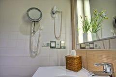 Salle de bains moderne avec le bassin et le miroir Photographie stock