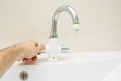 Salle de bains moderne avec le robinet de chrome Photos libres de droits