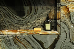 Salle de bains moderne avec les murs verts de granit. photos stock