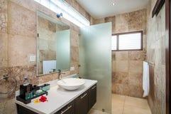 Salle de bains moderne d'hôtel Photographie stock libre de droits