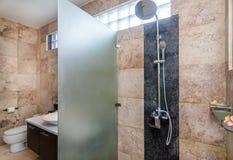 Salle de bains moderne d'hôtel Images stock