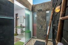 Salle de bains moderne d'hôtel Image stock