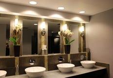Salle de bains moderne dans l'hôtel classieux Photo stock
