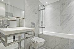 Salle de bains moderne de marbre de suite d'en dans le blanc images libres de droits