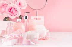 Salle de bains moderne de la jeunesse ou conception de coiffeuse dans la couleur rose en pastel - fleurs, produits cosmétiques, a photo libre de droits