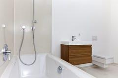 Salle de bains moderne Sunlit Photographie stock