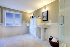 Salle de bains moderne verte et blanche fraîche de luxe Images stock