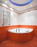 Salle de bains neuve dans des couleurs oranges Photo stock