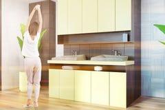 Salle de bains noire blanche, évier jaune et douche, fille Image libre de droits