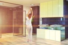 Salle de bains noire blanche, évier jaune et douche modifiés la tonalité Photographie stock libre de droits