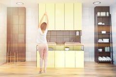 Salle de bains noire blanche, évier jaune, femme Photos libres de droits
