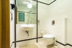 Salle de bains noire et blanche Photos libres de droits
