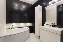 Salle de bains noire et blanche luxueuse photographie for Salle de bain noire et blanche