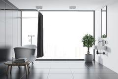 Salle de bains noire panoramique de tuile, baignoire en bois illustration stock