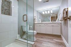 Salle de bains principale élégante avec le double coffret de vanité photographie stock libre de droits