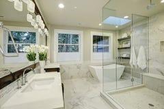 Salle de bains principale étonnante avec la grande douche de plain-pied en verre Photographie stock