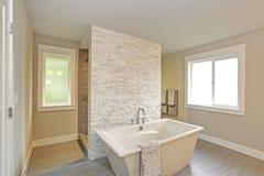 Salle de bains principale étonnante avec une baignoire libre photo libre de droits