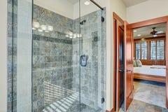 Salle de bains principale avec la promenade en verre dans la douche images libres de droits