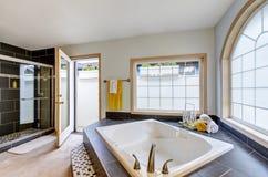 Salle de bains principale avec le luxe avec la baignoire et les grandes fenêtres Images libres de droits
