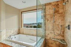 Salle de bains principale fraîchement transformée avec la grandes fenêtre et douche photo stock