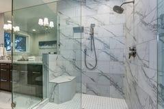 Salle de bains principale incroyable avec la bordure de tuile de marbre de Carrare images libres de droits