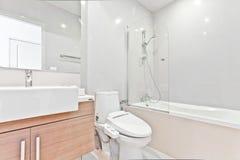 Salle de bains propre blanche Image stock