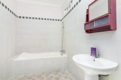 Salle de bains propre et bon marché d'hôtel photographie stock libre de droits