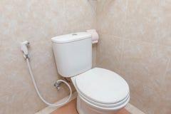 Salle de bains propre et bon marché d'hôtel image libre de droits