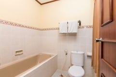 Salle de bains propre et bon marché d'hôtel photo stock