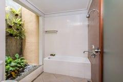 Salle de bains propre et bon marché d'hôtel images stock