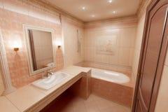 Salle de bains rose Image stock