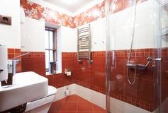 Salle de bains rouge moderne photos stock
