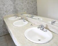Salle de bains sanitaire en céramique d'articles Photographie stock libre de droits