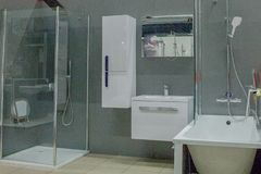 Salle de bains spacieuse dans des tons gris avec le baquet libre, douche de plain-pied, vanit? de double ?vier image libre de droits