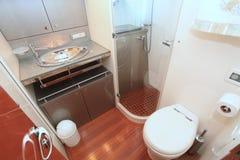 Salle de bains sur un yacht photographie stock libre de droits
