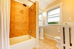 Salle de bains transformée avec des tuiles d'hublot et d'or. Photo libre de droits
