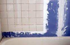Salle de bains transformant la tuile et le mur de pierres sèches Image stock