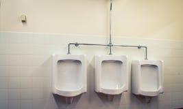 Salle de bains de trois urinoirs Photo libre de droits